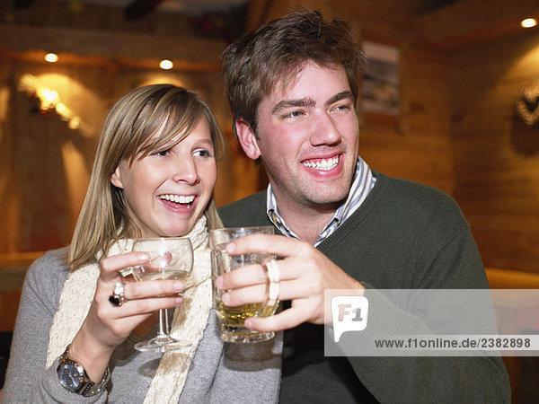 Pärchen beim Trinken im Restaurant