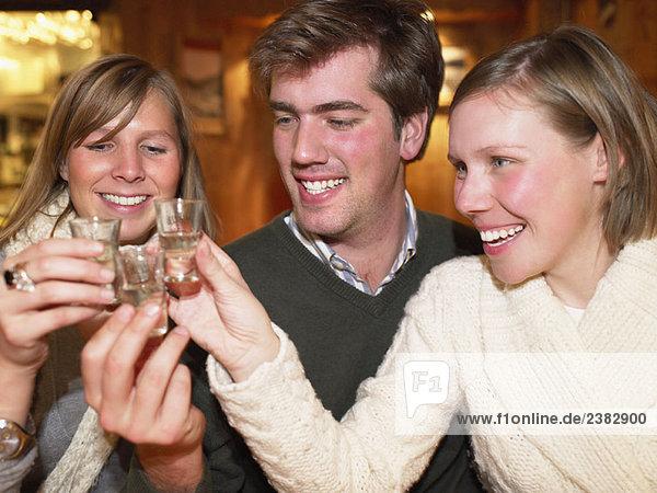 Gruppe mit Aufnahmen im Restaurant