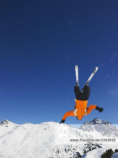 Skispringen auf den Kopf gestellt