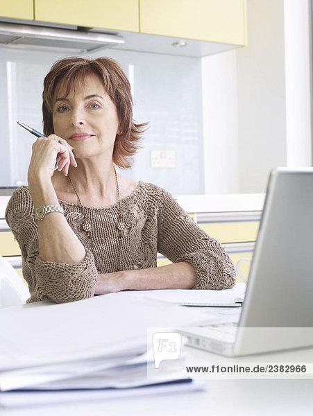 Seniorin  die das Geschäft von zu Hause aus führt