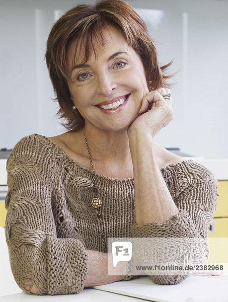 Porträt einer älteren Frau lächelnd