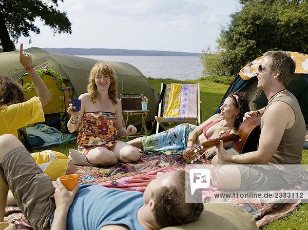 Fünf Leute singen zusammen im Camp