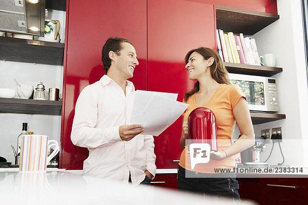 Pärchen besprechen Papierkram in der Küche