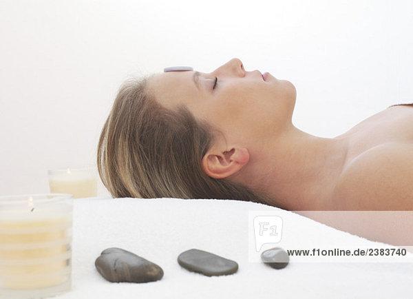 Frau mittleren Alters genießt eine Hot Stone Behandlung