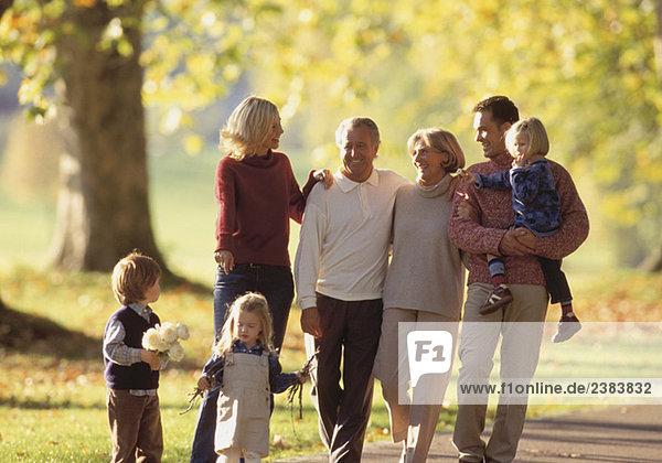 Dreigenerationen Familie macht einen Spaziergang im Park