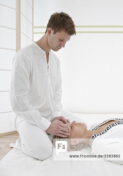 Junge Frau erhält Stirnmassage