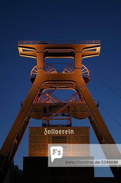 Industriedenkmal beleuchtet in der Dämmerung,  Zollverein Coal Mine Industriekomplex,  Essen,  Nordrhein-Westfalen,  Deutschland