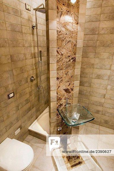 Dusche und WC, interior, kleine Badezimmer, mit Glas Waschbecken ...
