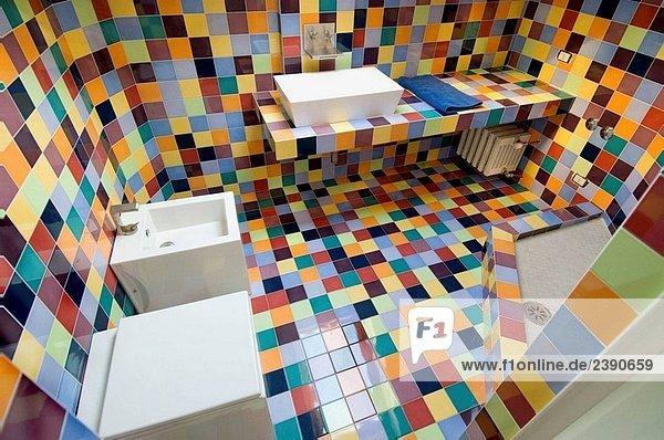 Italienische Dusche Fliesen : Italien, modernes Badezimmer, mit bunten Fliesen – Lizenzpflichtiges