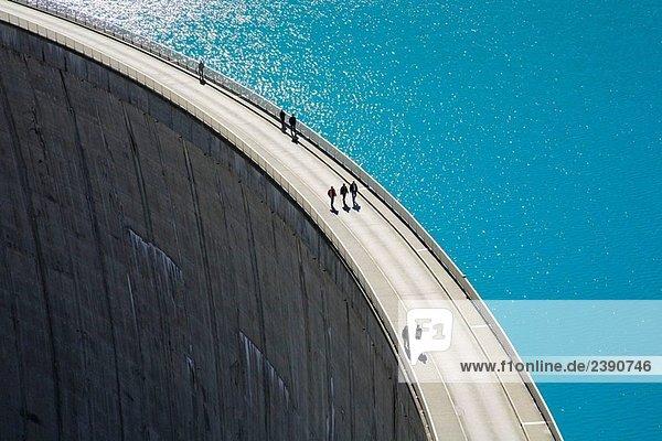 Menschen auf den Mooserboden Damm in den österreichischen Alpen