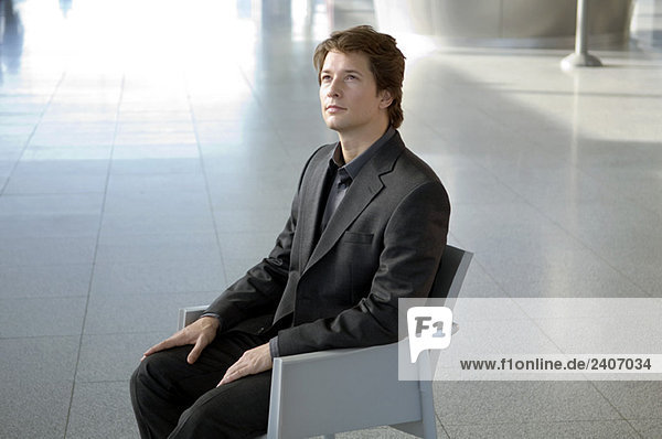 Geschäftsmann im Sessel sitzend Geschäftsmann im Sessel sitzend