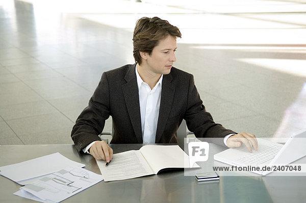 Geschäftsmann bei der Arbeit am Laptop Geschäftsmann bei der Arbeit am Laptop