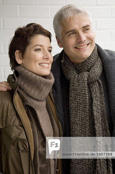 Nahaufnahme eines reifen Mannes und einer mittleren erwachsenen Frau im Stehen