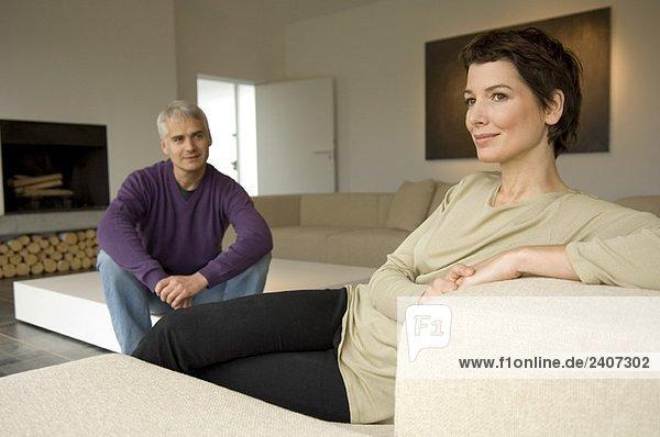 Erwachsener Mann und eine erwachsene Frau im Wohnzimmer