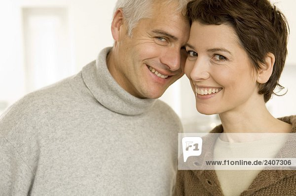 Porträt eines reifen Mannes und einer mittleren erwachsenen Frau beim Liebesspiel