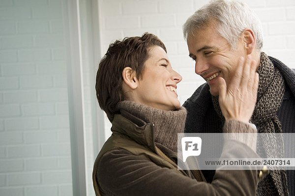 Nahaufnahme einer mittleren erwachsenen Frau und eines erwachsenen Mannes  der sich verliebt hat.