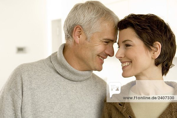 Nahaufnahme eines reifen Mannes und einer mittleren erwachsenen Frau beim Liebesspiel