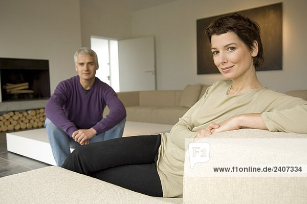 Porträt einer erwachsenen Frau und eines erwachsenen Mannes im Wohnzimmer