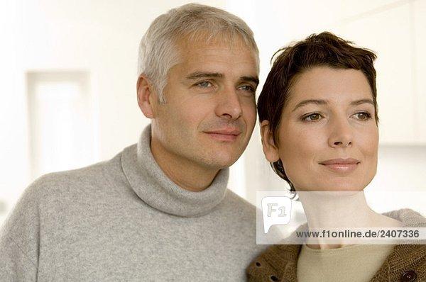 Nahaufnahme eines reifen Mannes und einer mittleren erwachsenen Frau  die wegguckt.