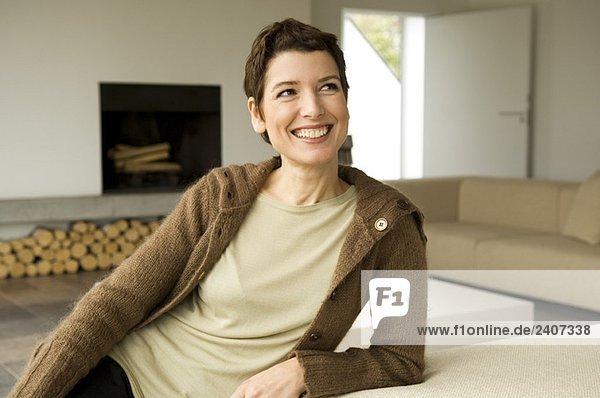 Mittlere erwachsene Frau lächelnd