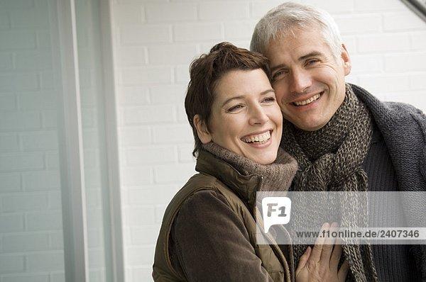 Porträt eines reifen Mannes und einer erwachsenen Frau  die lächelt