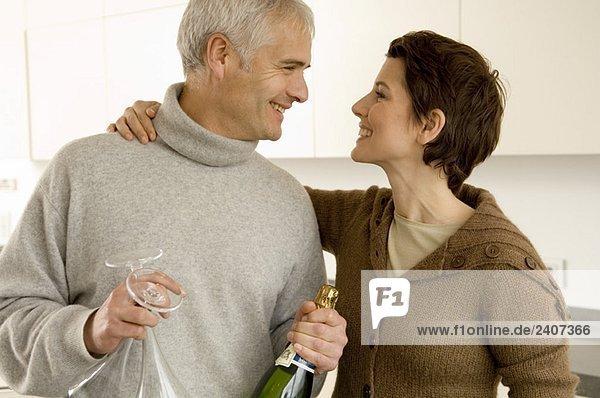 Ein reifer Mann und eine erwachsene Frau sehen sich an.