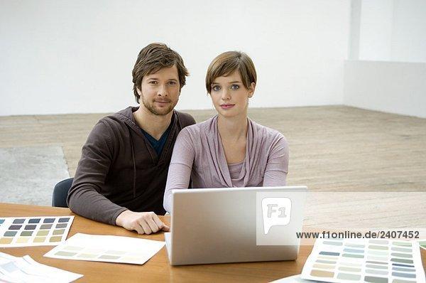 Porträt eines erwachsenen Mannes und einer jungen Frau mit Laptop