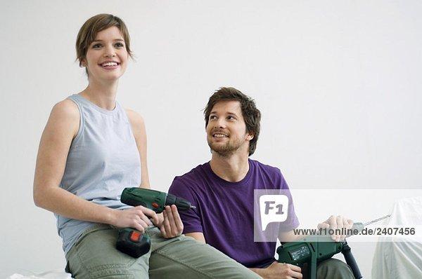 Ein erwachsener Mann und eine junge Frau mit Übungen und einem Lächeln.