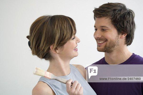Nahaufnahme eines mittleren Erwachsenen und einer jungen Frau lächelnd