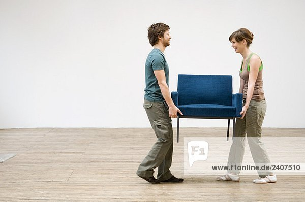 Paar mit einem Sessel