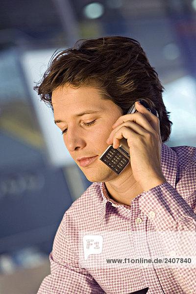 Nahaufnahme eines Geschäftsmannes am Handy