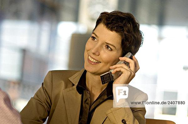 Nahaufnahme einer Geschäftsfrau  die auf dem Handy spricht und lächelt