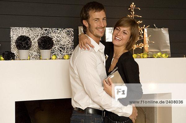 Seitenprofil eines erwachsenen Mannes  der seine Frau umarmt.