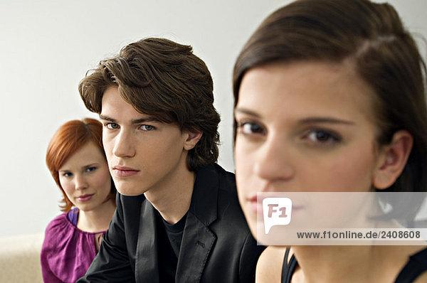 Porträt eines Teenagers mit zwei jungen Frauen