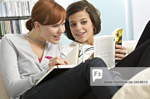 Junge Frau zeigt ihrem Freund ein Buch