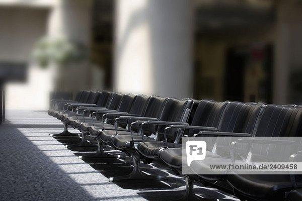 Leere Sitze in einer Flughafen-Lounge