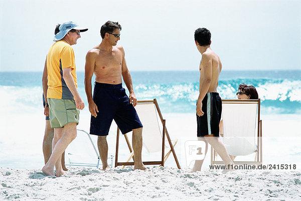 Drei Generationen Familie am Strand  volle Länge