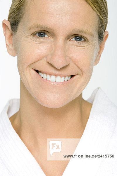 Reife Frau lächelt vor der Kamera  Porträt