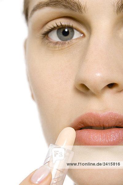 Junge Frau mit Lippenstift  abgeschnittene Ansicht  Mund