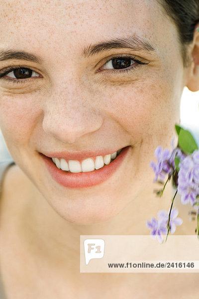 Junge Frau mit Blumen Nahaufnahme