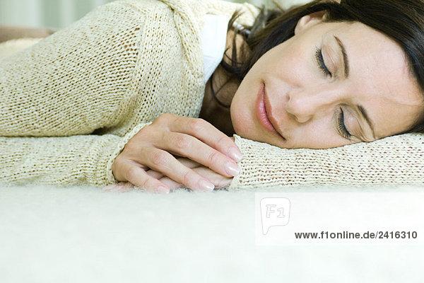 Frau ruhelosigkeit Kopf auf Arm  Lächeln  Augen geschlossen Frau ruhelosigkeit Kopf auf Arm, Lächeln, Augen geschlossen
