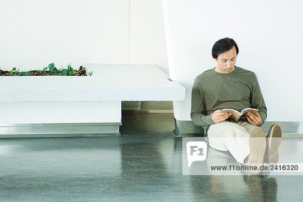 Man sitzt auf den Boden  Lesebuch  voller Länge Man sitzt auf den Boden, Lesebuch, voller Länge