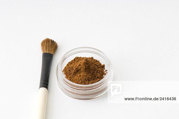 Make-up Pinsel und Kakao-Pulver in kleinen Kosmetik-container Make-up Pinsel und Kakao-Pulver in kleinen Kosmetik-container