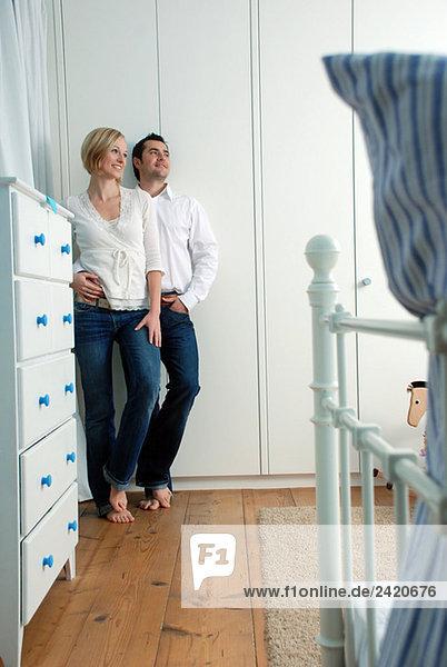 Junges Paar umarmend  an die Wand gelehnt  Portrait