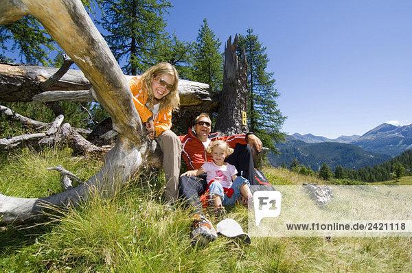 Österreich  Salzburger Land  Paar mit Tochter macht Pause