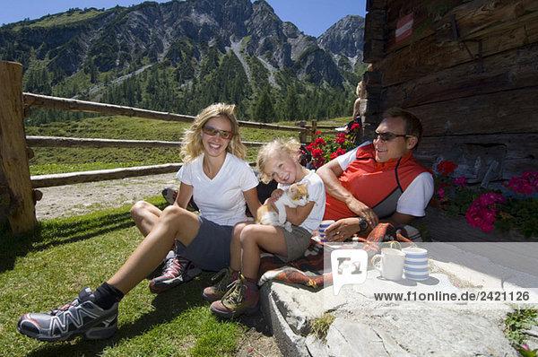 Österreich  Salzburger Land  Paar mit Tochter (6-7) in der Pause
