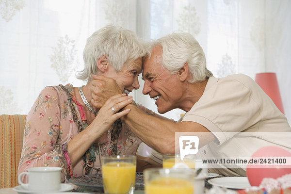 Seniorenpaar umarmend  lächelnd