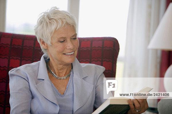 Frau liest ein Buch  Porträt