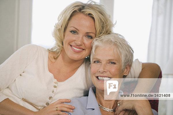 Zwei Frauen lächeln  Porträt
