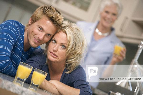 Junges Paar lächelt